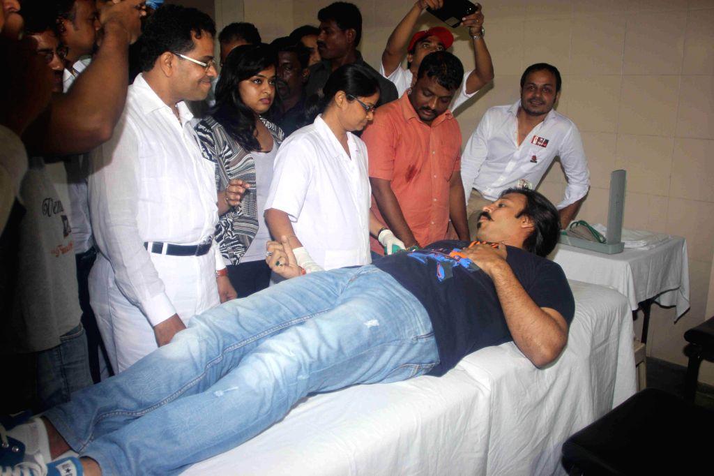 Actor Vivek Oberoi during the blood donation camp organised by Akhil Bhartiya Terapanth Yuvak Parishad (ABTYP) in Mumbai. - Vivek Oberoi