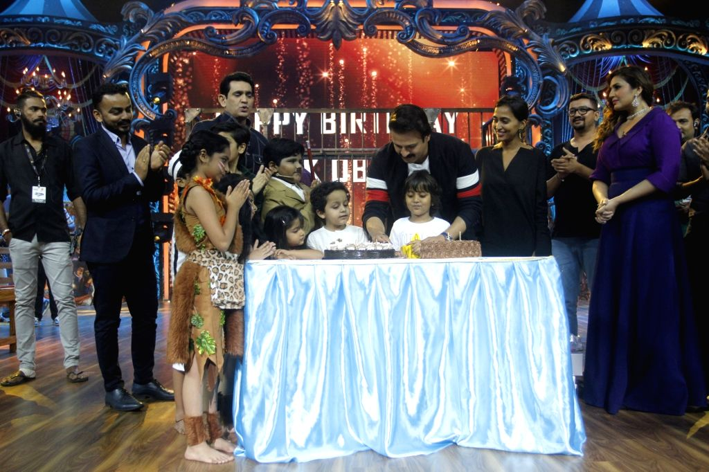 Actor Vivek Oberoi with his daughter Ameyaa Nirvana Oberoi at his birthday celebrations on the sets of Television reality show India's Best Dramebaaz, in Mumbai on Sept 3, 2018. - Vivek Oberoi