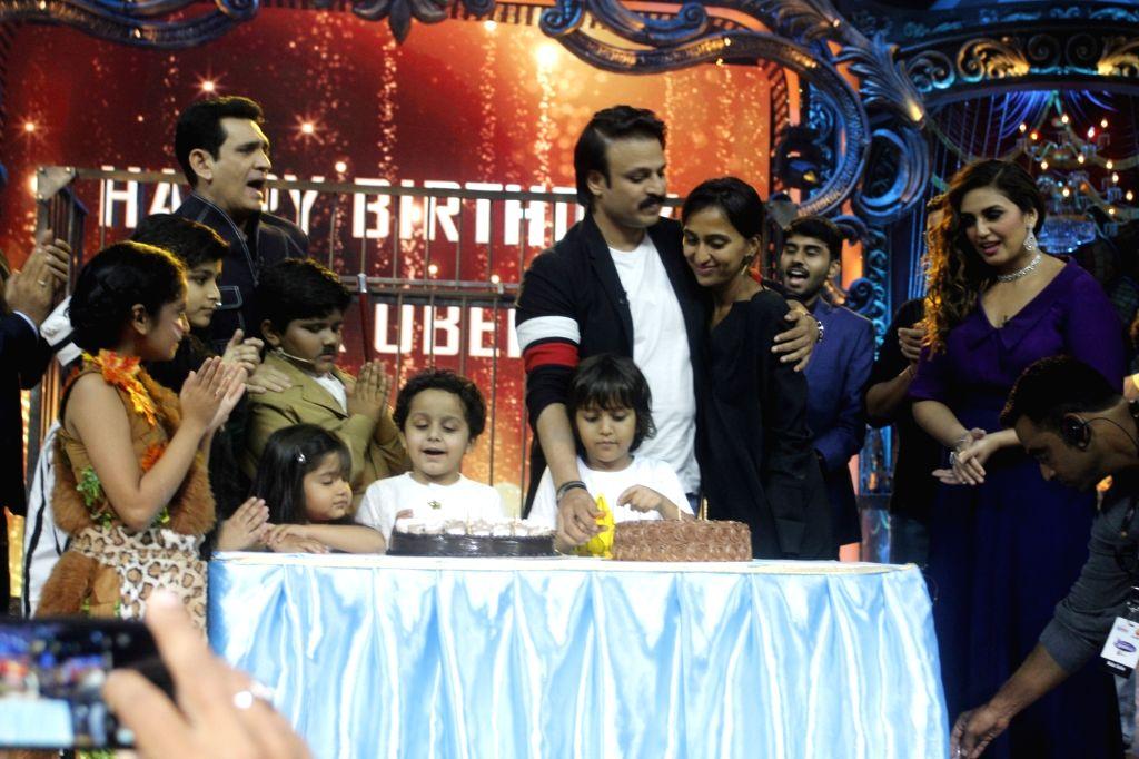 Actor Vivek Oberoi with his wife Priyanka Alva Oberoi, son Vivaan Veer Oberoi, filmmaker Omung Kumar and actress Huma Qureshi at his birthday celebrations on the sets of Television reality ... - Vivek Oberoi and Omung Kumar