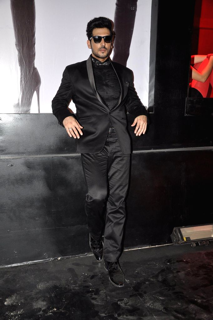 Actor Zayed Khan during the on location shoot of film Sharafat Gayi Tel Lene in Mumbai on July 8, 2014. - Zayed Khan