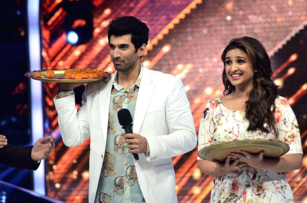 Actors Aditya Roy Kapoor and Parineeti Chopra on the sets of Jhalak Dikhhla Jaa during the promotion of film Daawat-e-Ishq, in Mumbai, on Aug. 26, 2014. - Aditya Roy Kapoor and Parineeti Chopra