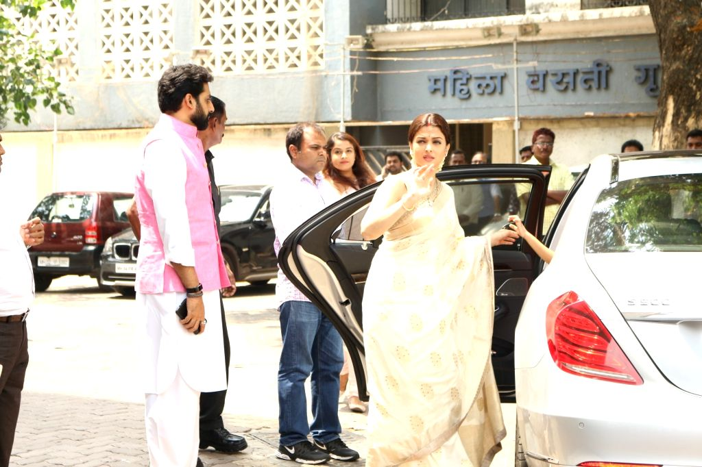 Actors Aishwarya Rai and Abhishek Bachchan during the Prayer meet of Aishwarya Rai Bachchan's father Krishnaraj Rai in Mumbai on March 30, 2017. - Aishwarya Rai Bachchan, Abhishek Bachchan and Krishnaraj Rai