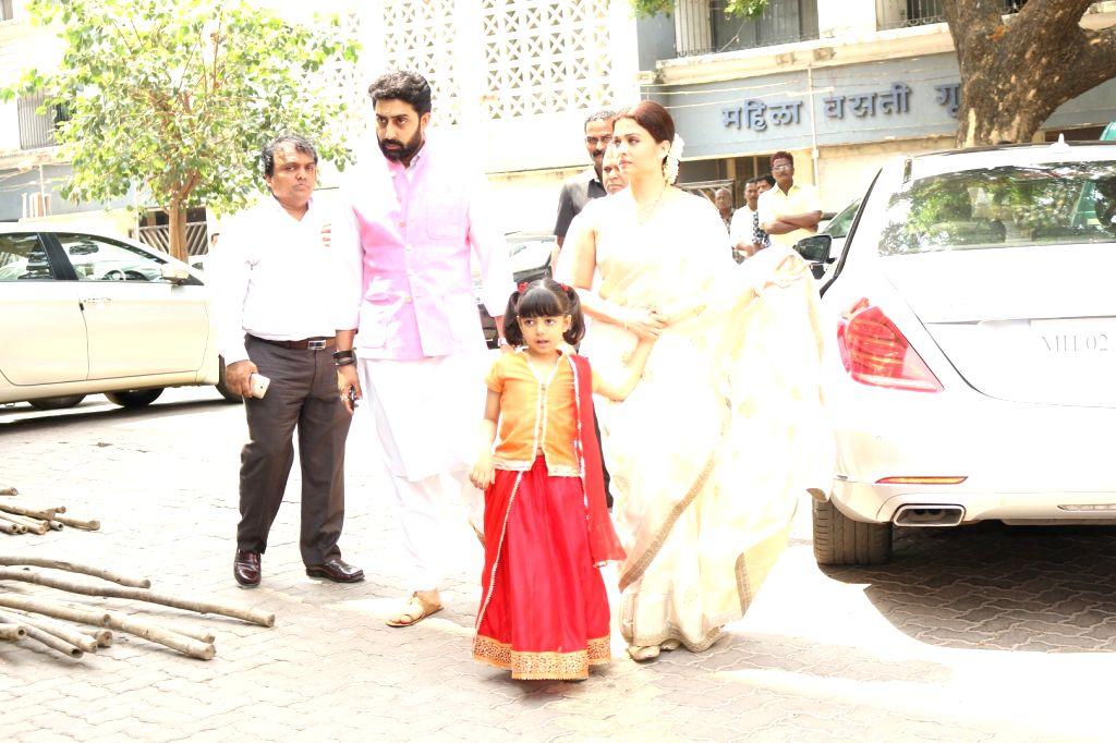 Actors Aishwarya Rai Bachchan, Abhishek Bachchan and their daughter Aaradhya Bachchan during the Prayer meet of Aishwarya Rai Bachchan's father Krishnaraj Rai in Mumbai on March 30, 2017. - Aishwarya Rai Bachchan, Abhishek Bachchan, Aaradhya Bachchan and Krishnaraj Rai