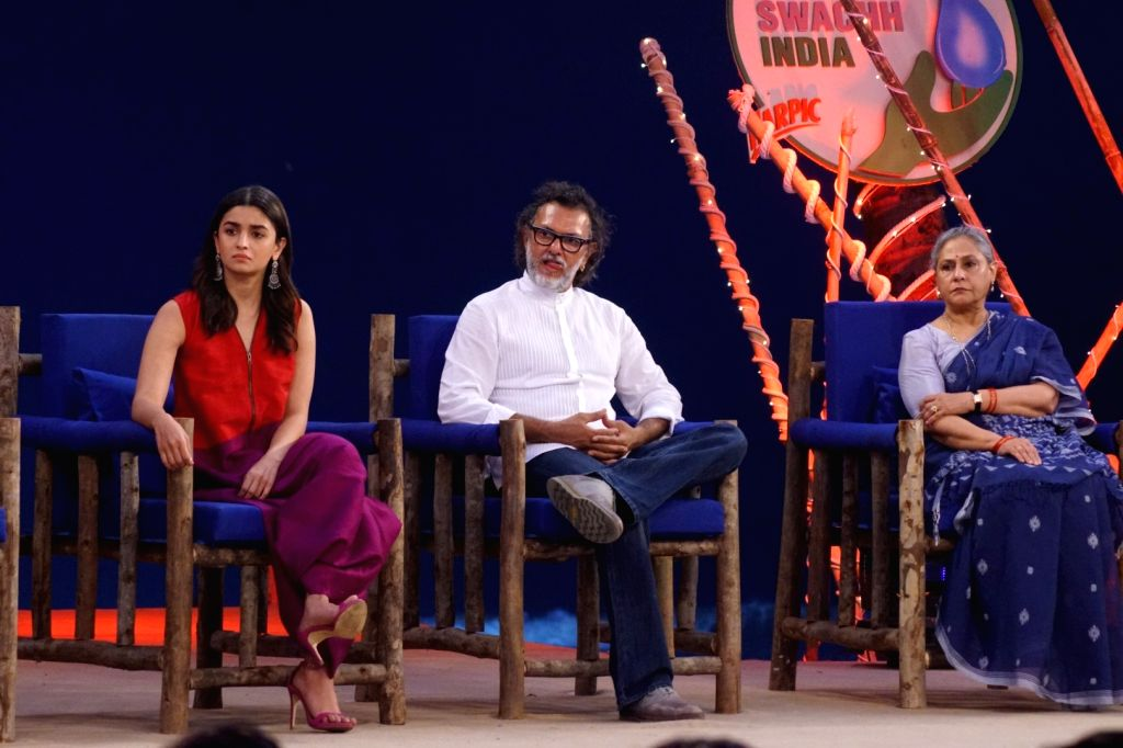 "Actors Alia Bhatt, Jaya Bachchan  and Director Rakesh Omprakash Mehra at ""Rashtriya Swachhta Diwas"" in Mumbai on Oct 2, 2017. - Alia Bhatt and Jaya Bachchan"
