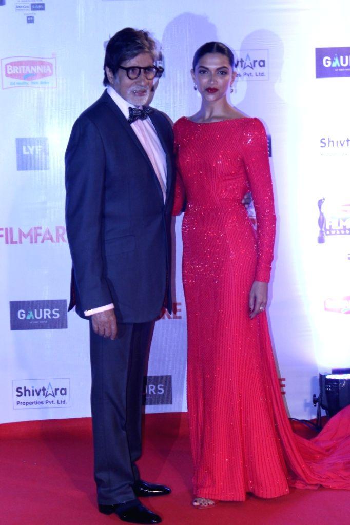 Actors Amitabh Bachchan and Deepika Padukone during the 61st Britannia Filmfare Awards in Mumbai on January 15, 2016. - Amitabh Bachchan and Deepika Padukone