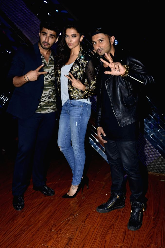 Actors Arjun Kapoor, Deepika Padukone and singer Yo Yo Honey Singh during the promotion of film Finding Fanny on the sets of reality show Indias Raw Star in Mumbai on September 8, 2014. - Arjun Kapoor, Deepika Padukone and Singh