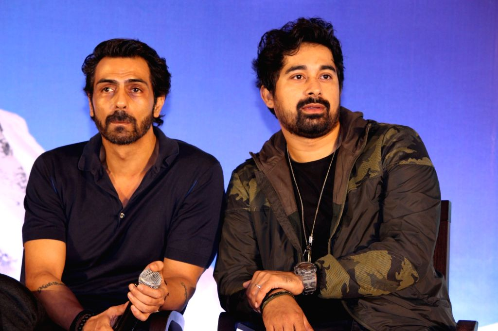 Actors Arjun Rampal and Rannvijay Singh during a special announcement of Salute Siachen in Mumbai on Aug 10, 2016. - Arjun Rampal and Rannvijay Singh