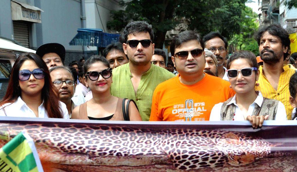 "Actors Debolina Dutta, Chandrayee Ghosh, Dolon Roy, Biswanath Basu with singer Pallab Kirtania former cricketer Arun Lal and others during ""Wildlife Awareness Rally"" in Kolkata, on ... - Debolina Dutta, Chandrayee Ghosh, Dolon Roy and Biswanath Basu"