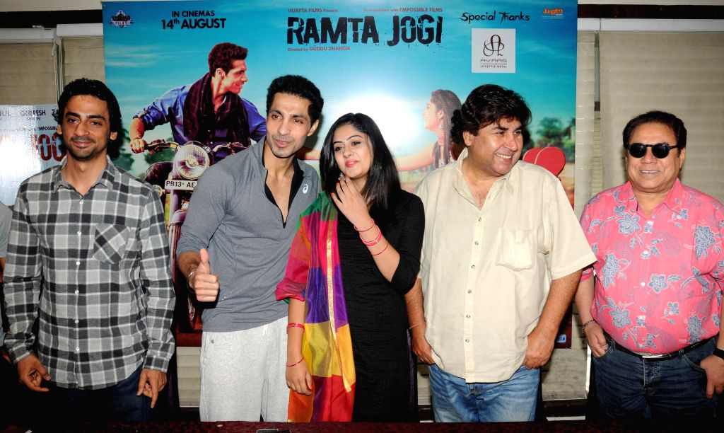 Actors Deep Sidhu and Ronica Singh with filmmaker Guddu Dhanoa during the promotion of their upcoming Punjabi film `Ramta Jogi` in Amritsar on Aug 9, 2015. - Deep Sidhu and Ronica Singh