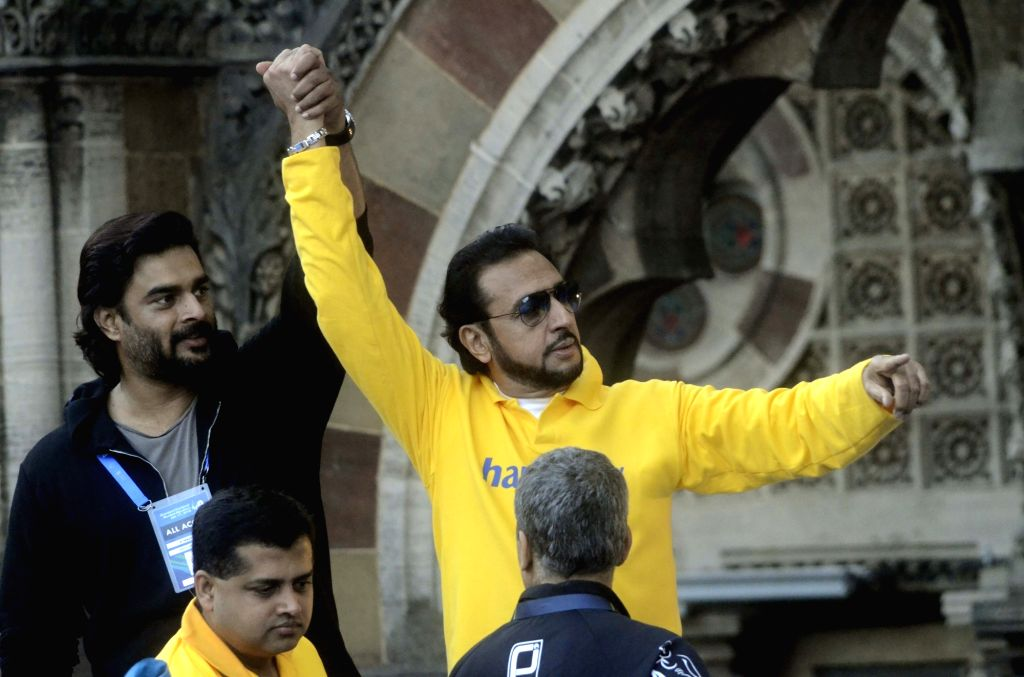Actors Gulshan Grover and R Madhavan during the Standard Chartered Mumbai Marathon 2016 on Jan 17, 2016.