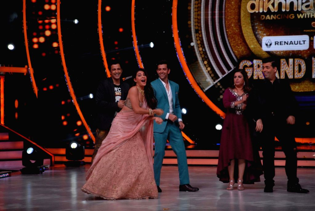 Actors Jacqueline Fernandez, Hrithik Roshan, filmmakers Farah Khan and Karan Johar during the promotion of film Kaabil on the sets of Jhalak Dikhhla Jaa Season 9, in Mumbai on Oct 25, 2016. - Jacqueline Fernandez, Hrithik Roshan, Karan Johar and Farah Khan
