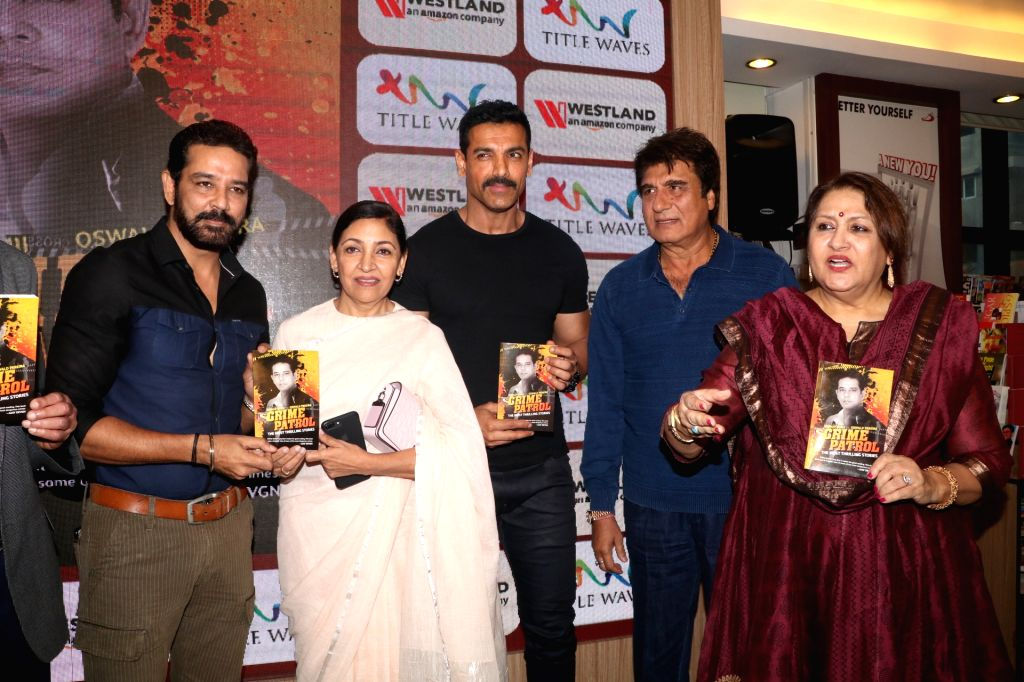 """Actors John Abraham, Anup Soni, Nadira Babbar,Deepti Naval and Raj Babbar during the book launch """"Crime Patrol - The Most Thrilling Stories"""" in Mumbai on Jan 19, 2019. - John Abraham, Anup Soni and Nadira Babbar"""