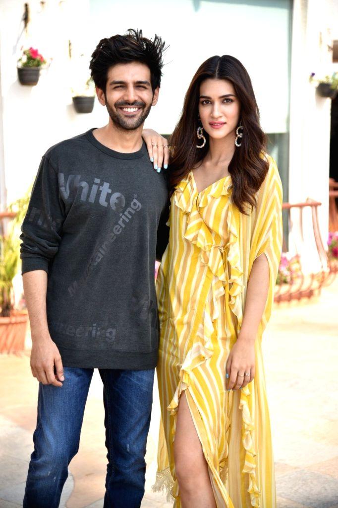"""Actors Kriti Sanon and Kartik Aaryan during a programme organsied to promote their upcoming film """"Luka Chuppi"""" in Mumbai on Feb 20, 2019. - Kriti Sanon and Kartik Aaryan"""