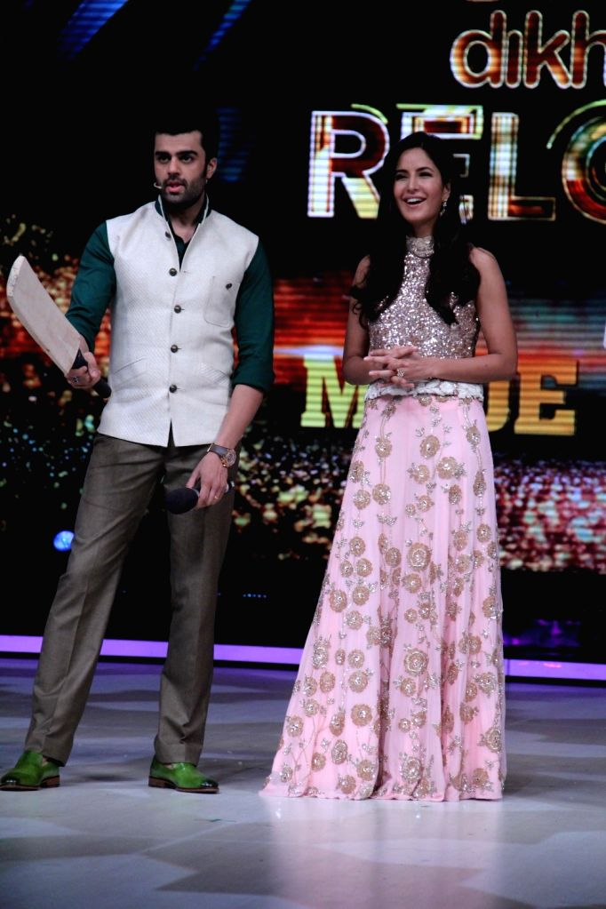 Actors Manish Paul and Katrina Kaif during the promotion of film Phantom on the sets of Jhalak Dikhhla Jaa Season 8 in Mumbai, on Aug 12, 2015. - Manish Paul and Katrina Kaif
