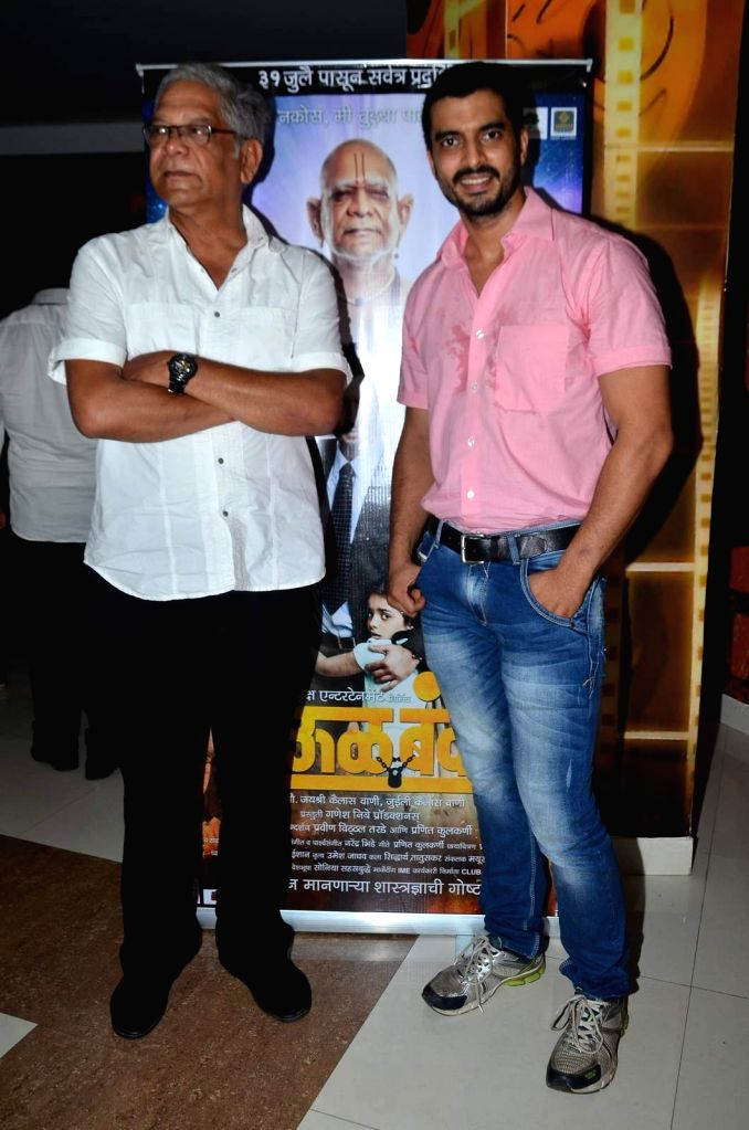 Actors Mohan Joshi and Gashmeer Mahajani during the trailer launch of Marathi film Deool Banda in Mumbai, on July 9, 2015. - Mohan Joshi and Gashmeer Mahajani