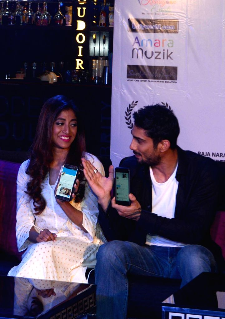 Actors Paoli Dam and Prateik Babbar during the trailer launch of the film 'Aroni Tokhon' in Kolkata on May 20, 2017. - Paoli Dam and Prateik Babbar