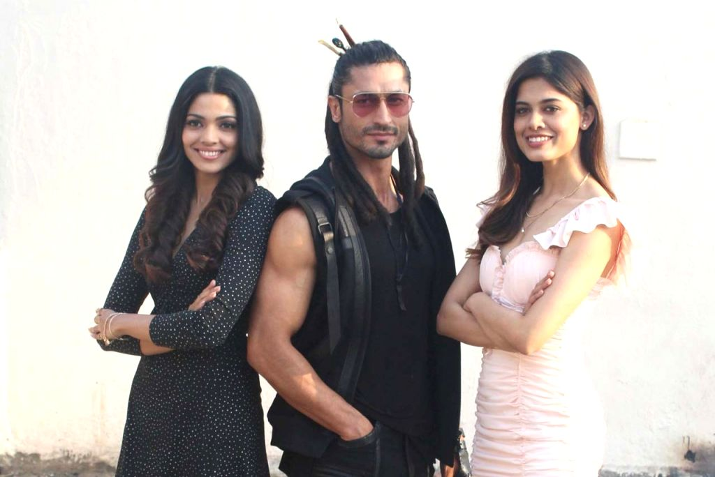 """Actors Pooja Sawant, Vidyut Jamwal and debutant Asha Bhat during the promotion of their upcoming film """"Junglee"""" at a studio, in Mumbai, on March 13, 2019. - Pooja Sawant and Vidyut Jamwal"""
