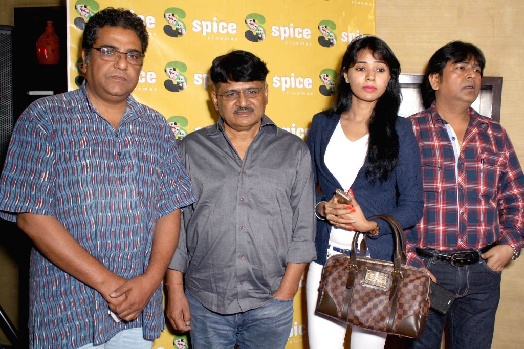 Actors Raghubir Yadav, Zakir Hussain and others during a press conference to promote his upcoming film  `Meinu Ek Ladki Chaahiye` in Noida on Sept 10, 2014. - Raghubir Yadav and Zakir Hussain