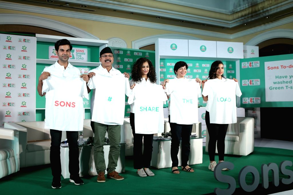 Actors Rajkummar Rao and Patralekha with director Gauri Shinde during  the Ariel's campaign 'Sons Share The Load' in Mumbai's parel, on Feb 7, 2019 - Gauri Shinde, Rajkummar Rao and Patralekha
