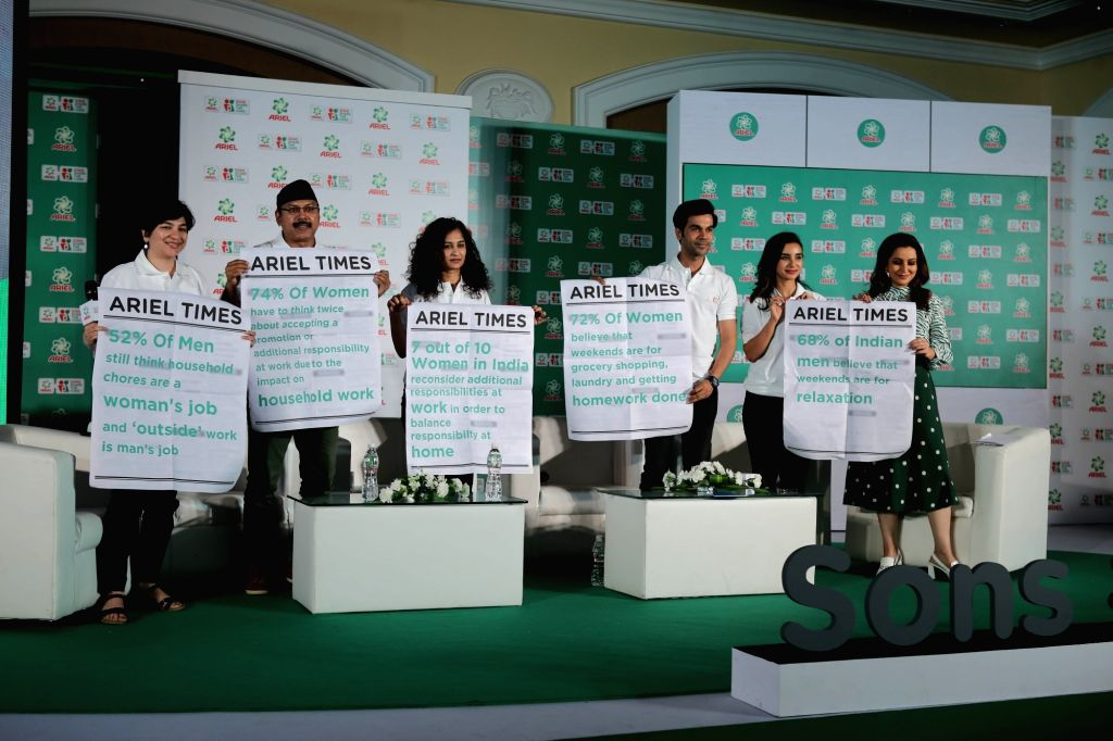 Actors Rajkummar Rao, Patralekha and Tisca Chopra with director Gauri Shinde during  the Ariel's campaign 'Sons Share The Load' in Mumbai's parel, on Feb 7, 2019 - Gauri Shinde, Rajkummar Rao, Patralekha and Tisca Chopra