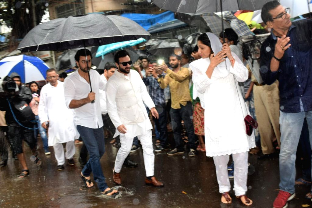 Actors Ranbir Kapoor and Saif Ali Khan attends the funeral of late actor-filmmaker Shashi Kapoor in Mumbai on Dec 5, 2017. The romantic screen icon of the 1970s and early 1980s died aged 79. ... - Ranbir Kapoor, Saif Ali Khan and Shashi Kapoor