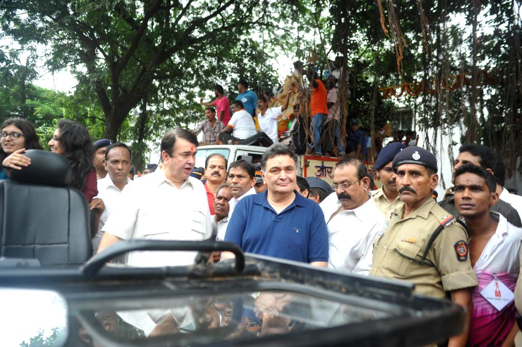 Actors Randhir Kapoor and Rishi Kapoor participate during the procession on the last day of Ganesh Chaturti festival in Mumbai on September 8, 2014. - Randhir Kapoor and Rishi Kapoor