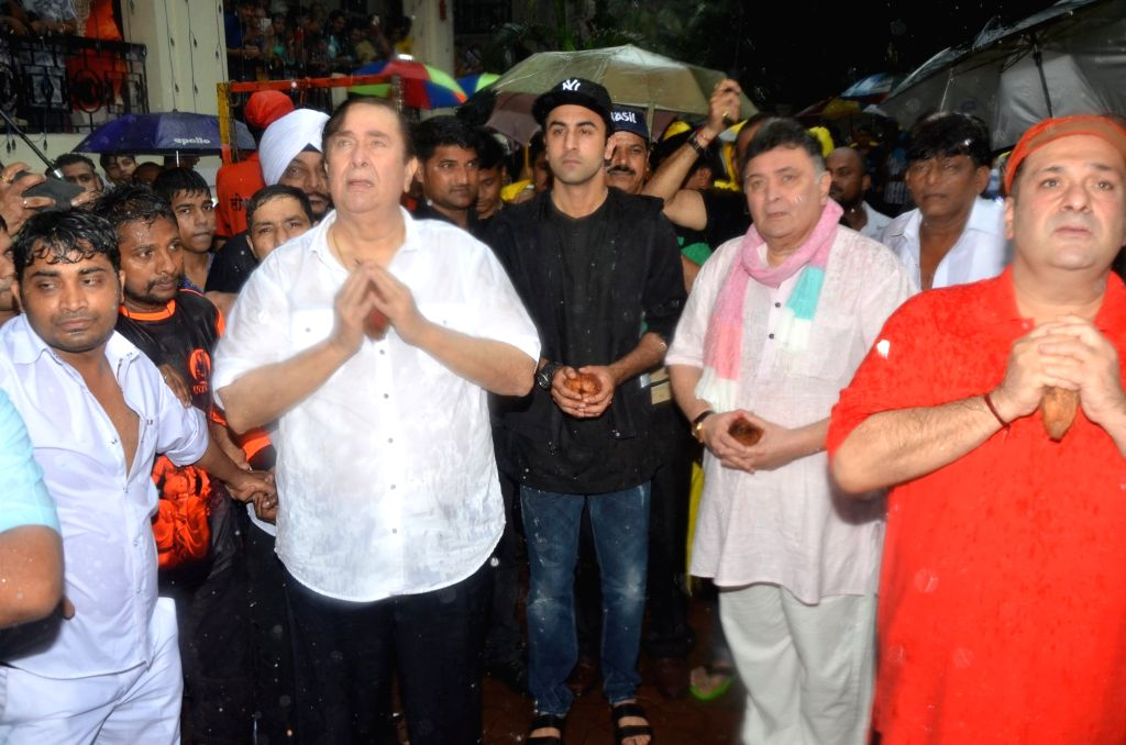 Actors Randhir Kapoor, Ranbir Kapoor, Rishi Kapoor and Rajeev Kapoor participate in a procession for the immersion of R K Studios idol of Lord Ganesh on the final day of the Ganesh festival, ... - Randhir Kapoor, Ranbir Kapoor, Rishi Kapoor and Rajeev Kapoor