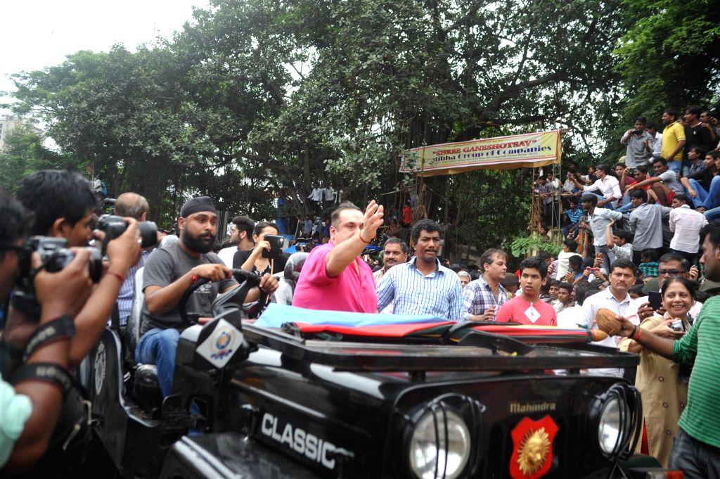 Actors Randhir Kapoor, Rishi Kapoor and Rajeev Kapoor participate during the procession on the last day of Ganesh Chaturti festival in Mumbai on September 8, 2014. - Randhir Kapoor, Rishi Kapoor and Rajeev Kapoor