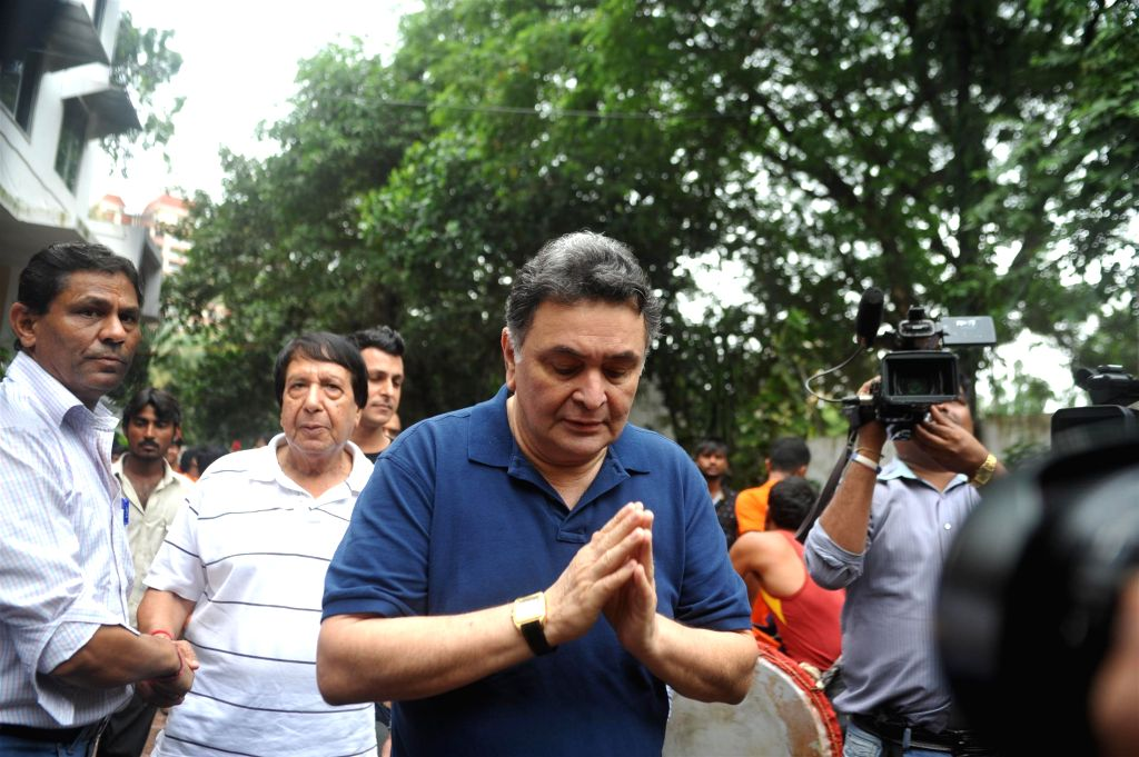 Actors Randhir Kapoor, Rishi Kapoor and Rajeev Kapoor participate during the procession on the last day of Ganesh Chaturti festival in Mumbai on September 8, 2014. - Randhir Kapoor, Rishi Kapoor and Rajeev Kapoor