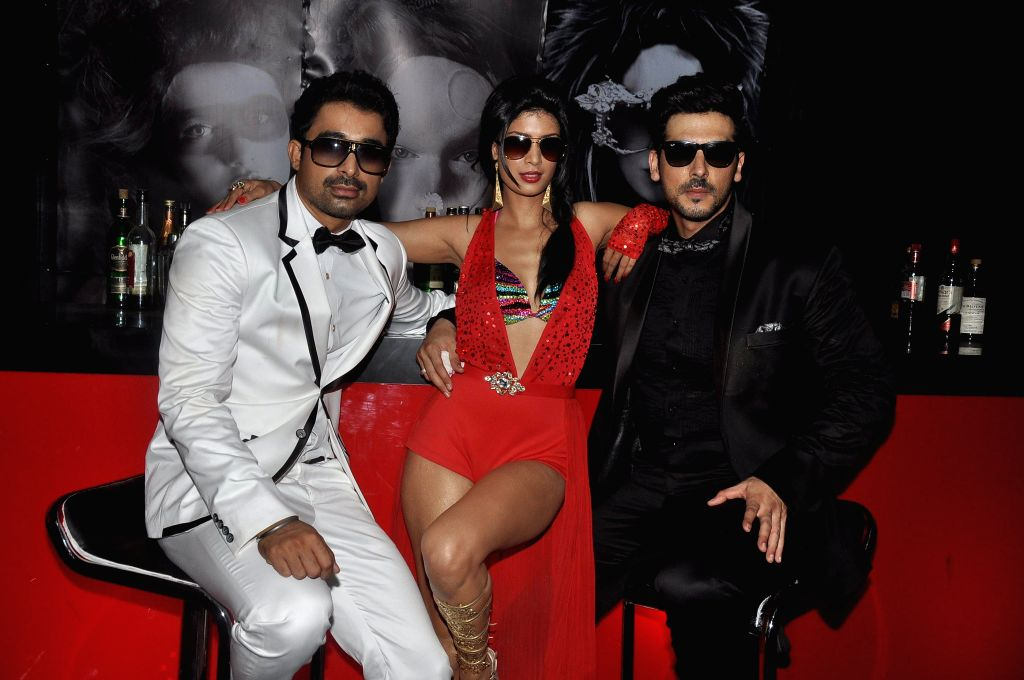 Actors Rannvijay Singh, Tena Desae and Zayed Khan during the on location shoot of film Sharafat Gayi Tel Lene in Mumbai on July 8, 2014. - Rannvijay Singh, Tena Desae and Zayed Khan