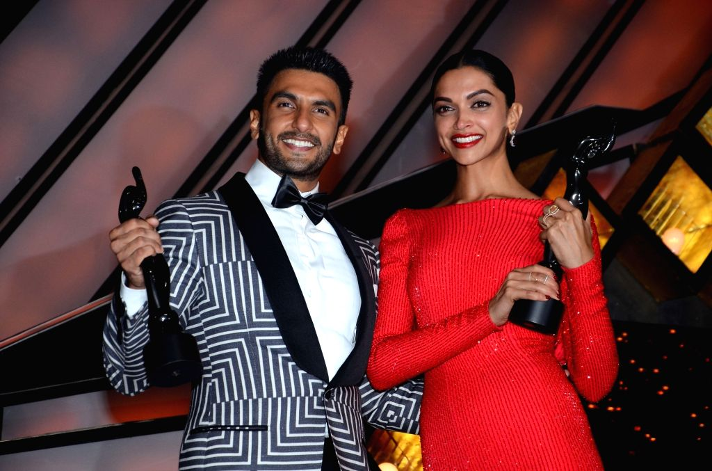 Actors Ranveer Singh and Deepika Padukone during the 61st Britannia Filmfare Awards in Mumbai on January 15, 2016. - Ranveer Singh and Deepika Padukone