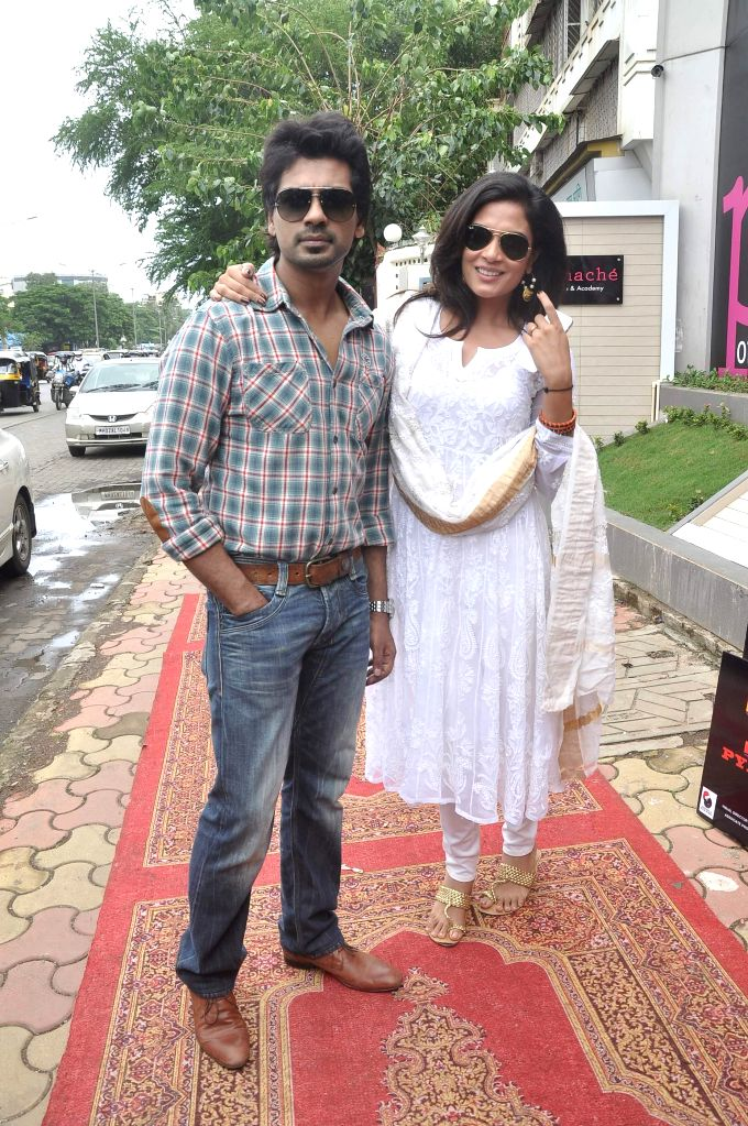Actors Richa Chadda and Nikhil Dwivedi during the promotion of film Tamanchey in Mumbai on Aug 15, 2014. - Richa Chadda and Nikhil Dwivedi