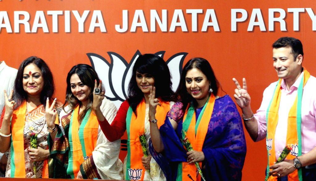 Actors Rishi Kaushik, Kanchana Moitra, Rupa Bhattacharya, Rupanjana Mitra and Moumita Gupta join BJP at party headquarters in New Delhi on July 18, 2019. - Rishi Kaushik, Kanchana Moitra, Rupa Bhattacharya, Rupanjana Mitra and Moumita Gupta