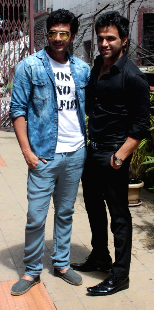 Actors Rithvik Dhanjani (L) and Karan Kundra during a press conference organised to promote their `MTV Fanaah` in Kolkata on July 14, 2014. - Rithvik Dhanjani