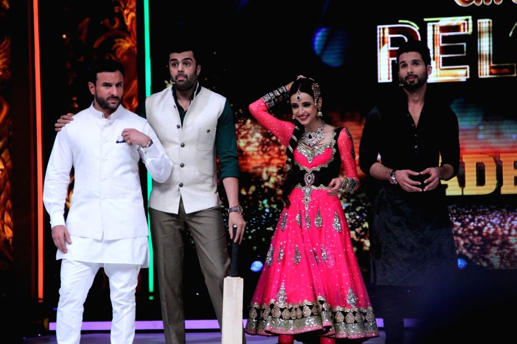 Actors Saif Ali Khan Manish Paul and Shahid Kapoor during the promotion of film Phantom on the sets of Jhalak Dikhhla Jaa Season 8 in Mumbai, on Aug 12, 2015. - Saif Ali Khan Manish Paul and Shahid Kapoor