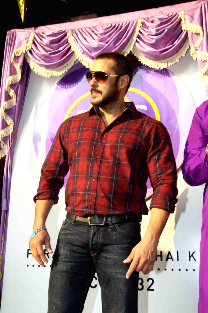 Actors Salman Khan and Sonam Kapoor during the launch of P N Gadgil Jewellers logo `Parampara Achai Ki`, in Mumbai on Nov 13, 2015.