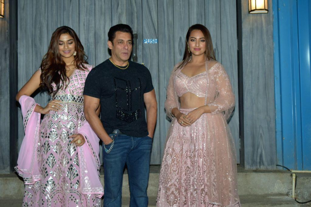 "Actors Salman Khan, Saiee Manjrekar and Sonakshi Sinha at the promotions of upcoming film ""Dabangg 3"" in Mumbai on Dec 6, 2019. - Salman Khan, Saiee Manjrekar and Sonakshi Sinha"