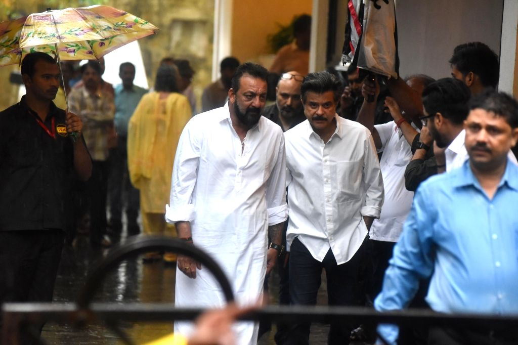 Actors Sanjay Dutt and Anil Kapoor attend the funeral of late actor-filmmaker Shashi Kapoor in Mumbai on Dec 5, 2017. The romantic screen icon of the 1970s and early 1980s died aged 79. The ... - Sanjay Dutt, Anil Kapoor and Shashi Kapoor