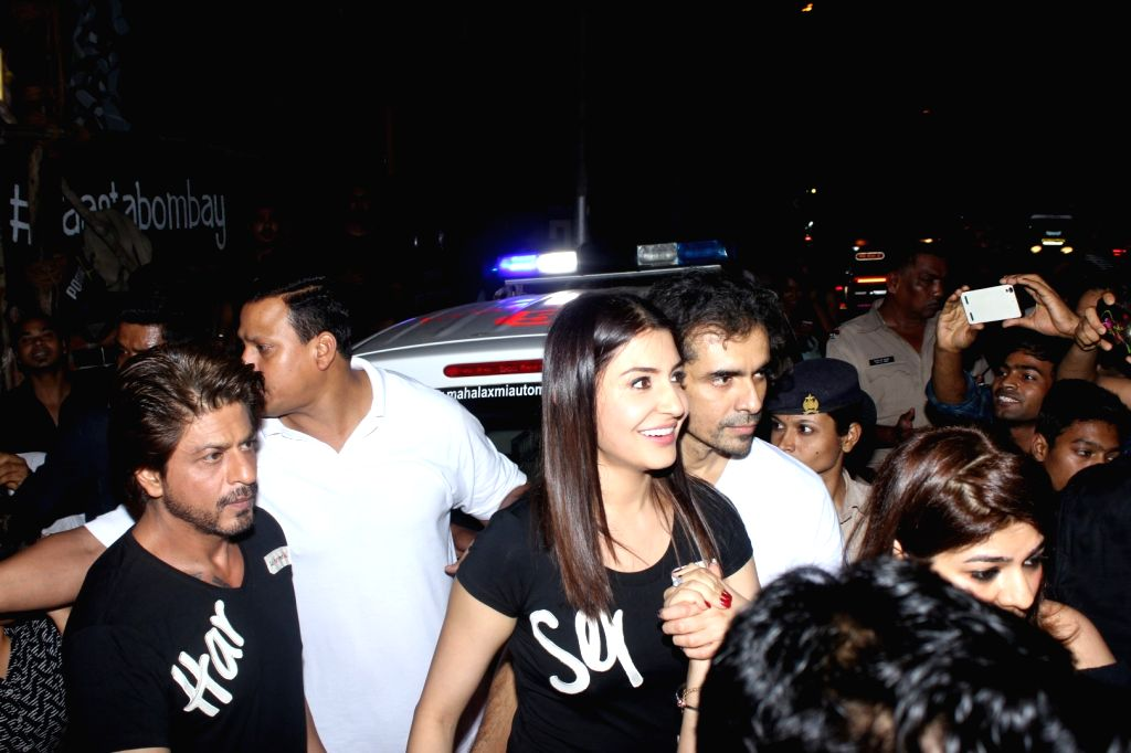 Actors Shah Rukh Khan, Anushka Sharma and filmmaker Imtiaz Ali outside a restaurant, in Mumbai on July 3, 2017. - Shah Rukh Khan and Anushka Sharma