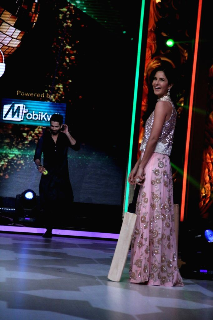 Actors Shahid Kapoor and Katrina Kaif during the promotion of film Phantom on the sets of Jhalak Dikhhla Jaa Season 8 in Mumbai, on Aug 12, 2015. - Shahid Kapoor and Katrina Kaif