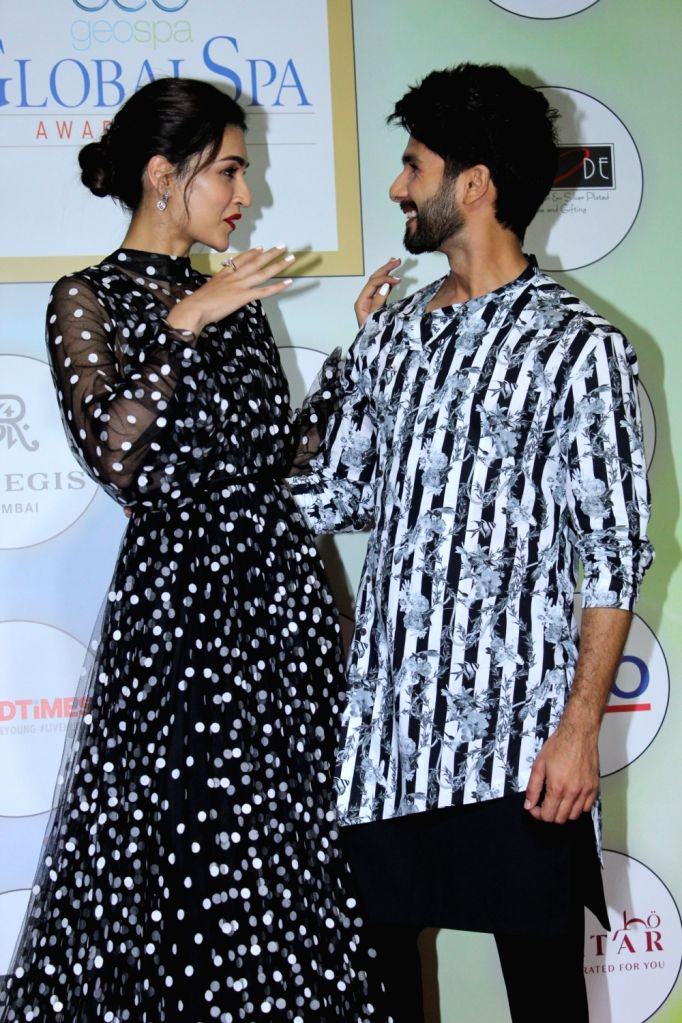 Actors Shahid Kapoor and Kriti Sanon on the red carpet of the GeoSpa Awards 2019, in Mumbai, on April 24, 2019. - Shahid Kapoor and Kriti Sanon