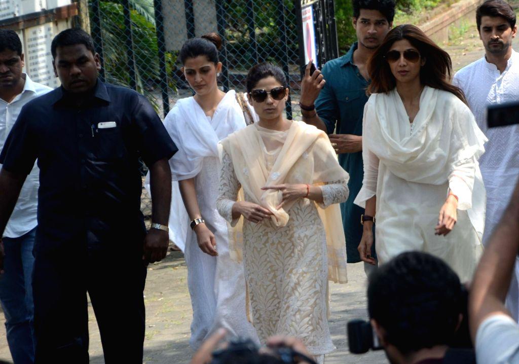 Actors Shamita Shetty and Shilpa Shetty during the funeral of her father Surendra Shetty in Mumbai, on Oct 12, 2016. - Shamita Shetty, Shilpa Shetty and Surendra Shetty