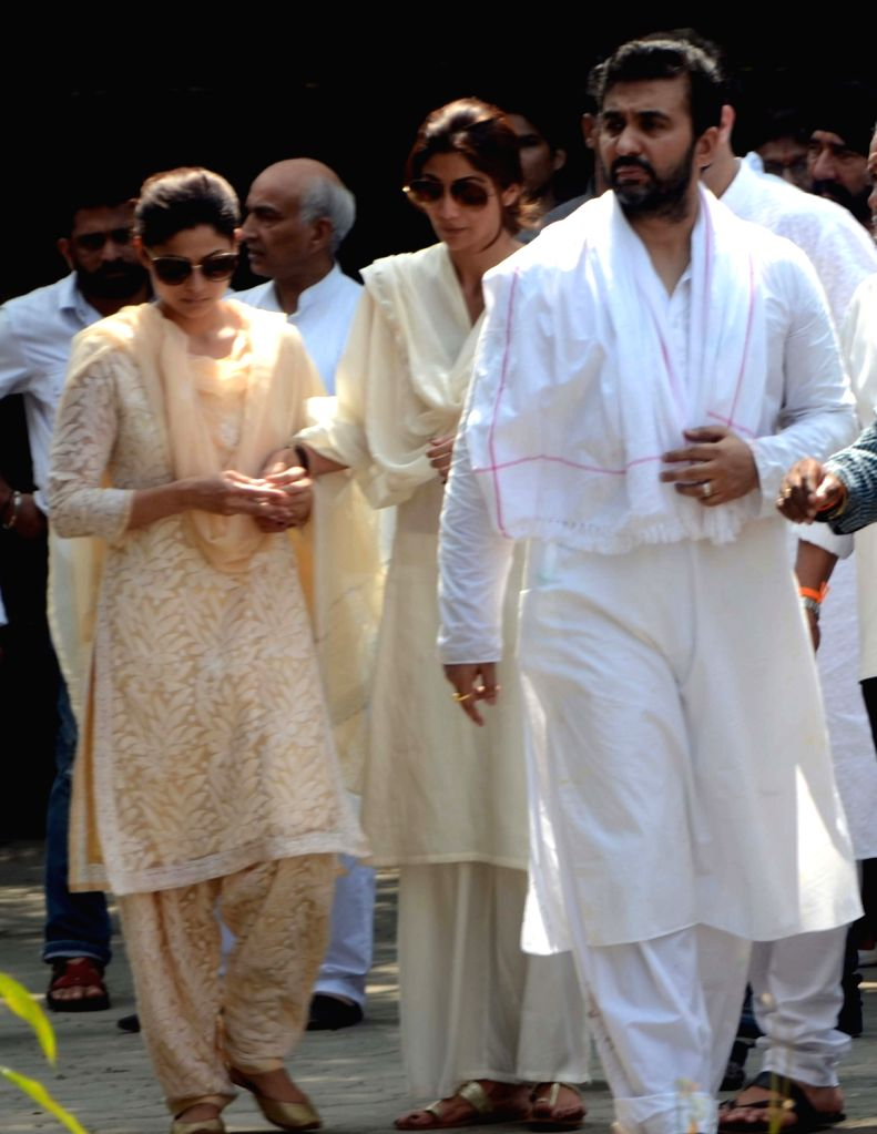 Actors Shamita Shetty, Shilpa Shetty with his husband Raj Kundra during the funeral of her father Surendra Shetty in Mumbai, on Oct 12, 2016. - Shamita Shetty, Shilpa Shetty, Raj Kundra and Surendra Shetty