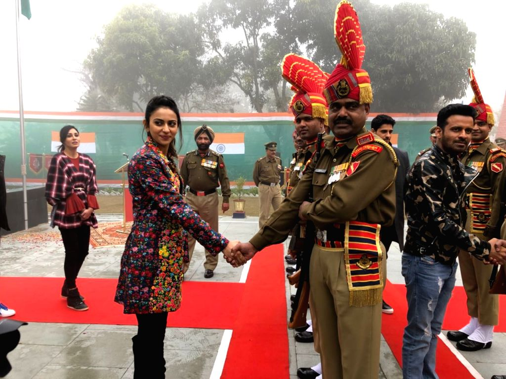 Actors Sidharth Malhotra and Rakul Preet Singh with soldiers on Republic Day at BSF Khasa camp near  Amritsar  in Punjab, on Jan 26, 2018. - Sidharth Malhotra and Rakul Preet Singh