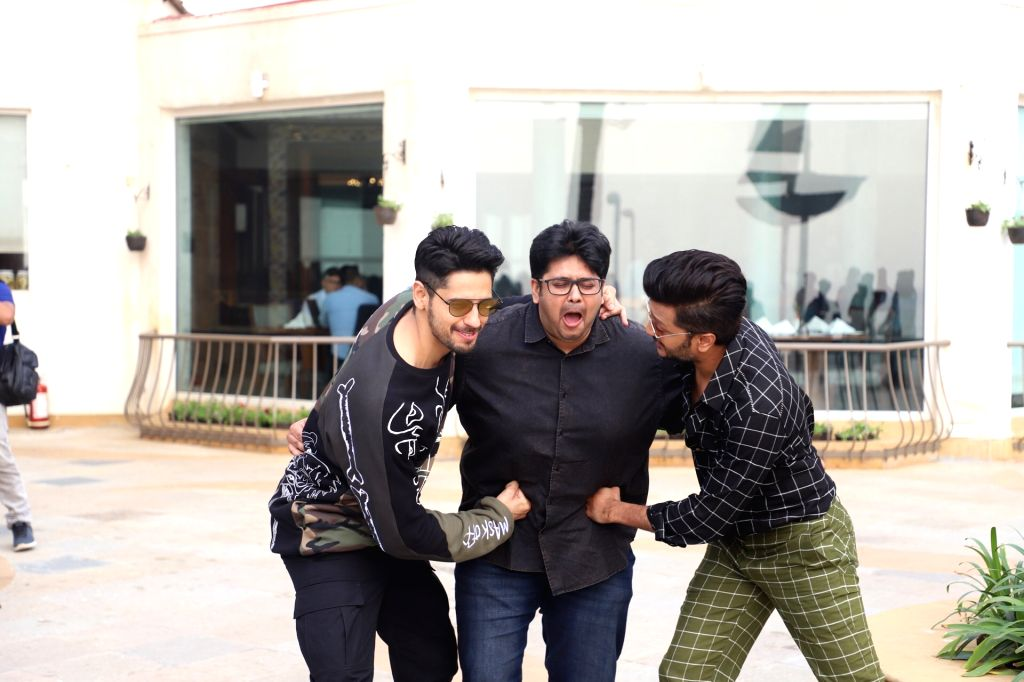 """Actors Sidharth Malhotra and Riteish Deshmukh with director Milap Zaveri during a programme organised to promote """"Marjaavaan"""" in Mumbai on Nov 13, 2019. - Milap Zaveri, Sidharth Malhotra and Riteish Deshmukh"""