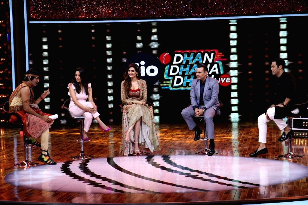 "Actors Sunil Grover, Anita Hassanandani,  Karishma Tanna, Former Indian cricketer Virender Sehwag and  Sports anchor Samir Kochhar on the sets of web series ""Jio Dhan Dhana Dhan ... - Sunil Grover, Anita Hassanandani, Karishma Tanna and Former Indian"
