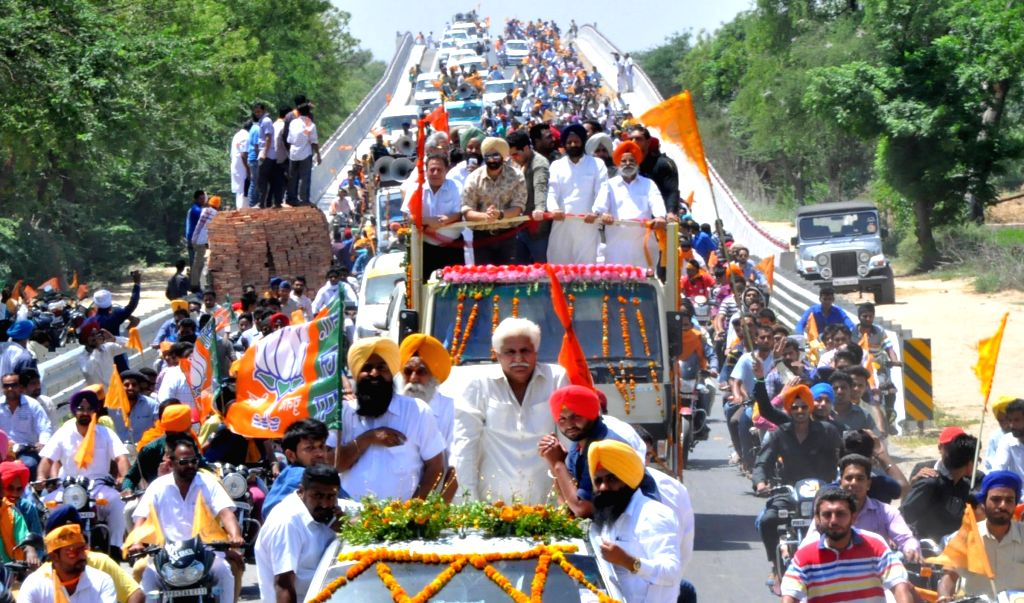 Actors Sunny Deol and Gugu Gill during a Shiromani Akali Dal (SAD) roadshow in Sangrur of Punjab on April 27, 2014. - Gugu Gill
