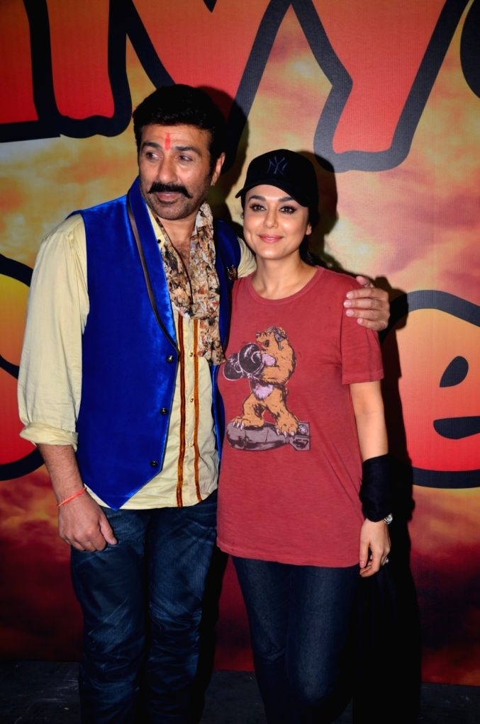 Actors Sunny Deol and Preity Zinta during the on location shoot of upcoming film Bhaiyyaji Superhitt, in Mumbai on July 30, 2016. - Sunny Deol and Preity Zinta