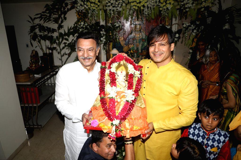 Actors Suresh Oberoi and Vivek Oberoi during Ganapati Visarjan at their residence in Mumbai on Sep 7, 2019. - Suresh Oberoi and Vivek Oberoi