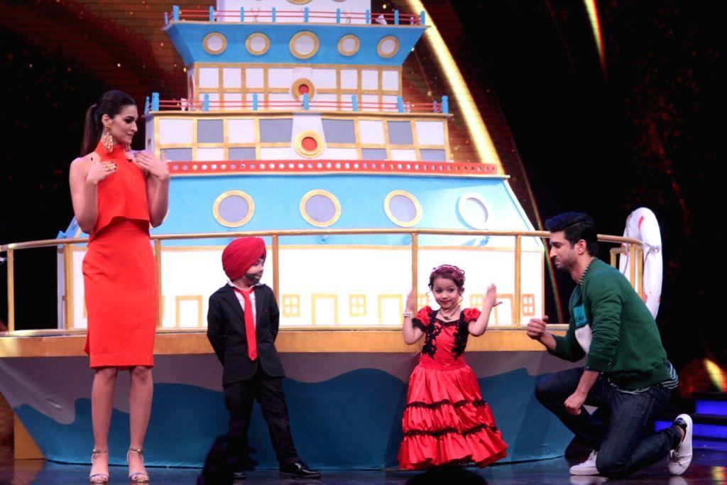Actors Sushant Singh Rajput and Kriti Sanon during the promotion of film Raabta on the sets of reality show Sabse Bada Kalakar, in Mumbai, on May 26, 2017. - Sushant Singh Rajput and Kriti Sanon
